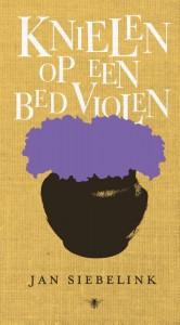 Knielen op een bed violen