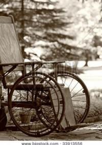 mensen schamen  zich als iemand in een rolstoel zit